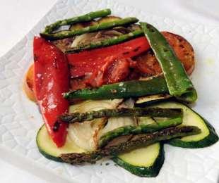 Verduras a la plancha con salsa romescu y hierbas mediterráneas