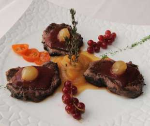 Lomo de ciervo marinado con provenzales y grosellas