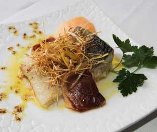 Lomo de bacalao confitado con espuma de patata